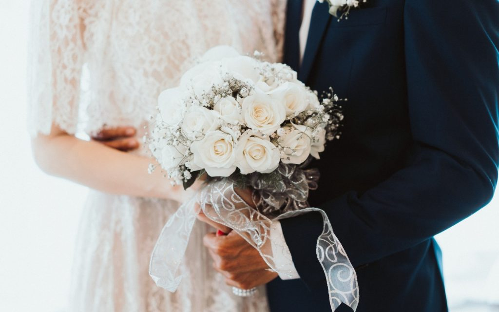 white-roses-bridal-bouquet-bride-and-groom-wedding-roses